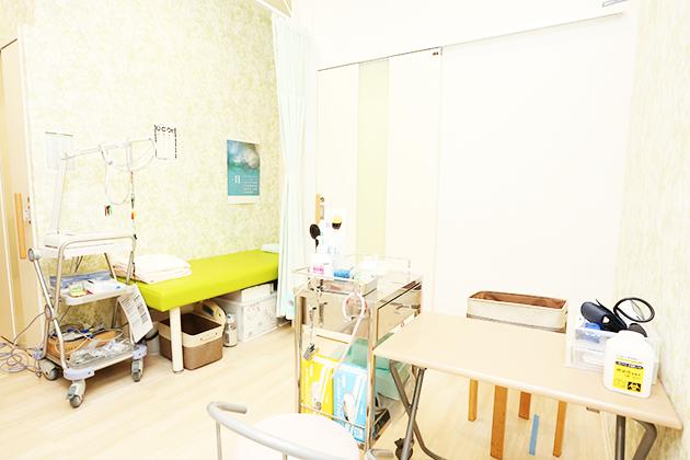 診療ベッドと処置テーブル